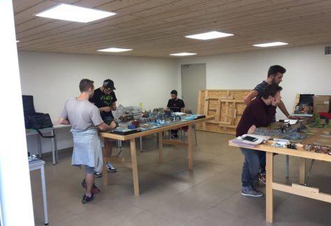 Deux tables de jeu et des membres jouant dans le local de la Guilde Ludik.
