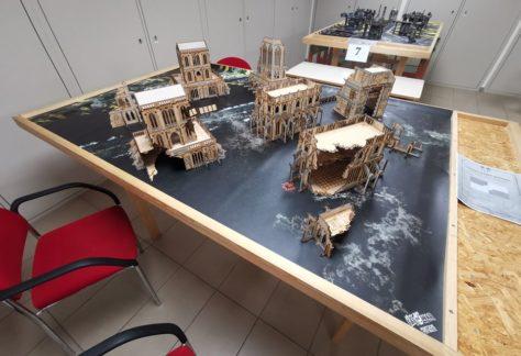 Table de jeu urbaine avec décors en bois